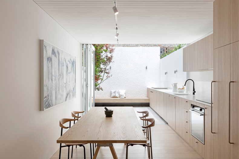 Cocina en blanco y madera con terraza integrada – A white and wood kitchen inspiration from inside to outside